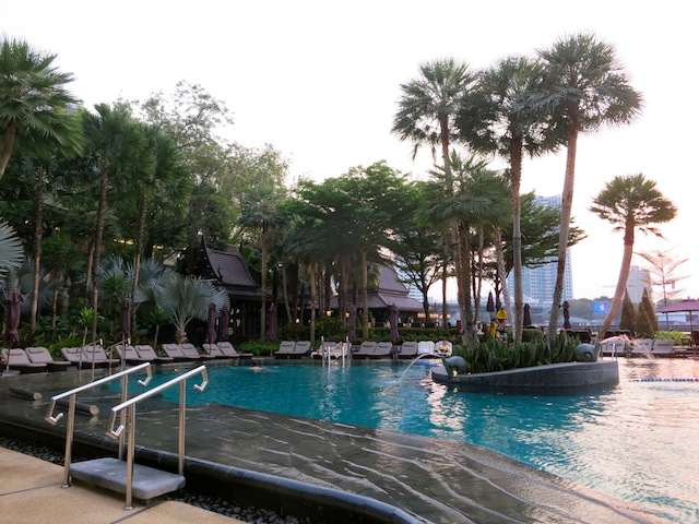 Shangri-La Hotel Bangkok swimming pool