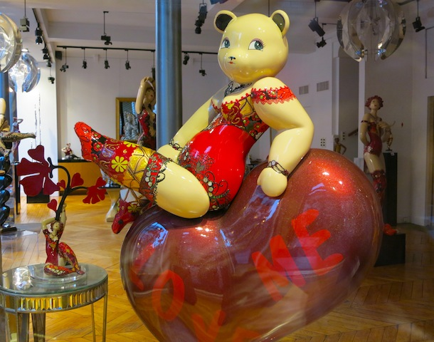 Art gallery Paris sculpture of bear woman with big thighs