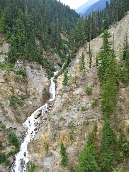Rocky Mountaineer scenic train routes include mountains and waterfalls
