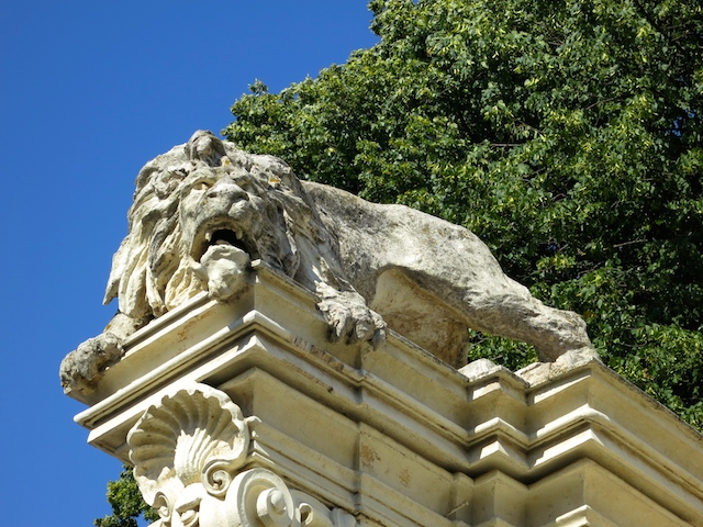 Stone lion in Rome, how to avoid a hotel disaster