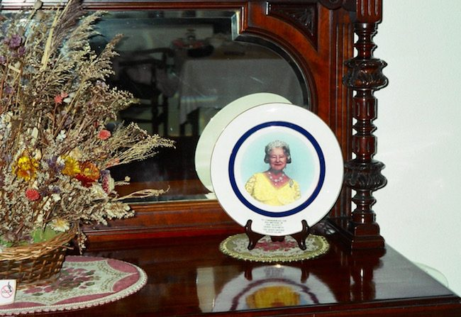 golden-cross-shrewsbury-england-queen-mother-plate